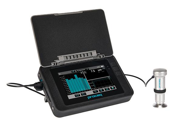 EQUOTIP 550 - Emblema PROCEQ – Instrument Portabil pentru Masurarea Duritatii cu Precizie Specifica Sistemelor de Laborator